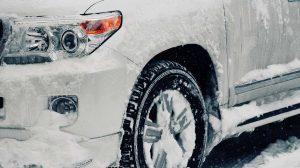 Air hujan yang mengering di mobil, beresiko merusak cat dan lapisan mobil. Tidak hanya merusak cat, air hujan juga beresiko menimbulkan jamur pada kaca mobil, lho. Segera cuci mobil dengan sampo khusus cuci mobil dan bilas dengan air sampai bersih.